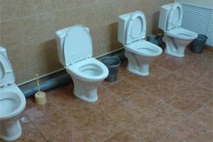 Подглядывание в женском шкрльном туалете