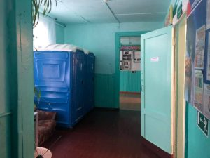 Пластиковые кабины в школе