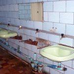 раковиный в туалете на ВДНХ. 2014 год
